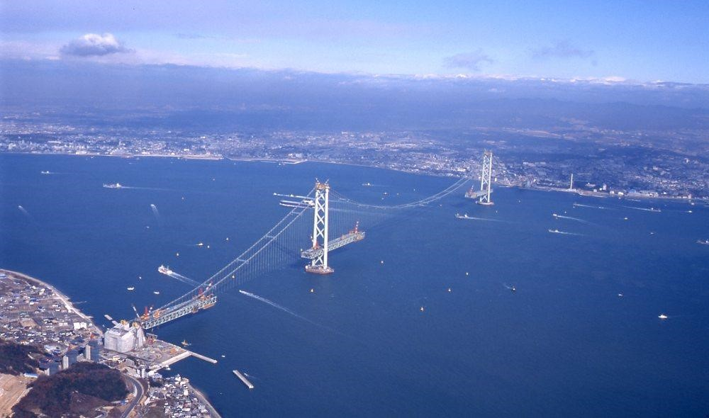 Akashi Kaikyo Bridge under construction in 1995